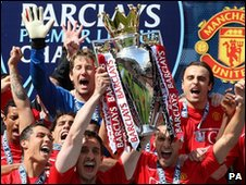 Manchester United players celebrate 2009 Premiership title