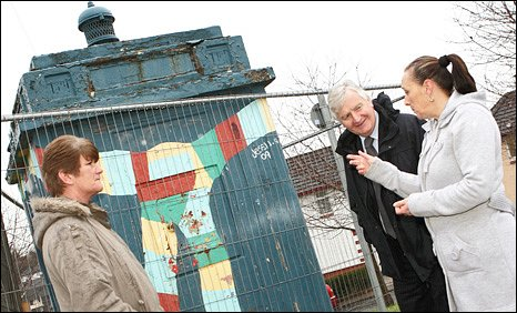 The police box with Sharon Dennis (Rascal), Minister for Heritage, Alun Ffred Jones and Deborah Clark (Rascal).