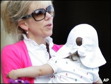 Rielle Hunter holds Frances Quinn Hunter (file image from Aug 2009)