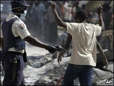 Armed police confront looters in Port-au-Prince, Haiti (20 Jan 2010)
