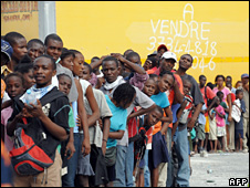 People queue to get aid in Port-au-Prince (20 January 2010)
