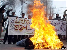 Pakistani cricket fans burn and effigy of IPL Commissioner Lalit Modi in Lahore on 20 Jan 2010