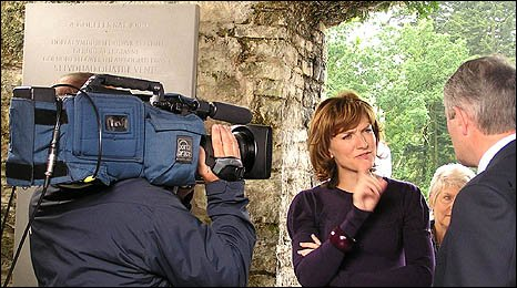 Image show Fiona Bruce being filmed during the recording