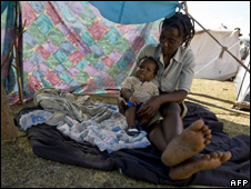 A woman sits with her baby in a camp in Jacmel (21 January 2010)