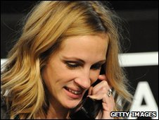 Julia Roberts answers phones at the Hope For Haiti Now: A Global Benefit For Earthquake Relief telethon on January 22, 2010 in Los Angeles, California