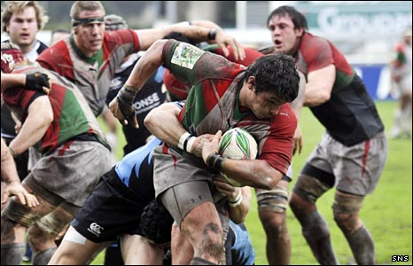 Beno�t August tries to break through Glasgow's defence