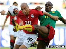 Wael Gomaa (L) of Egypt challenges Mohamadou Idrissou Mohamadou 