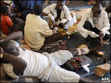 Health officials at the Jos Central Mosque treat victims of the violence (23 Jan 2010)
