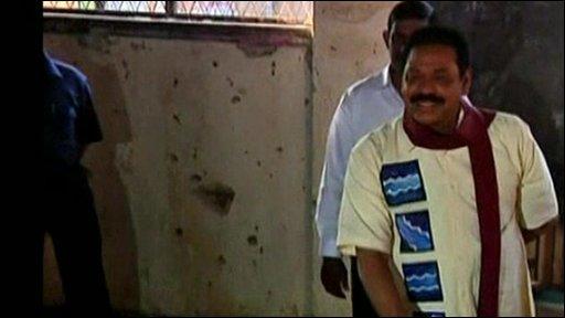 Mahinda Rajapaksa casts his vote