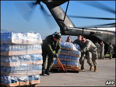 US soldiers unload a helicopter in Port-au-Prince, Haiti (15 Jan 2010)