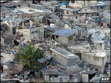 A Port-au-Prince slum lies in ruin (19 January 2010)