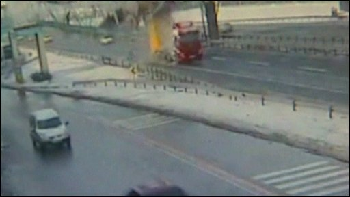 A truck hits a pedestrian bridge in Turkey