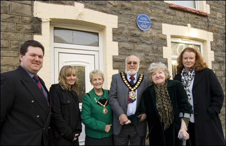 Councillor Craig Middle, Houston's granddaughterMikayla, Margaret Smith, RCT Mayor Robert Smith, Jean Rees and Sian Houston outside 10, Thomas Street