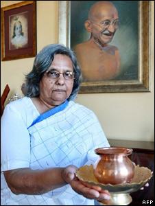 Ela Gandhi with the Mahatma's ashes
