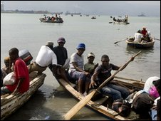 Haitians leave Port-au-Prince by boat, 20 Jan (image provided by Minustah)