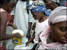 Women collect food at a distribution point in the Haitian capital, Port-au-Prince (31/01/2010)