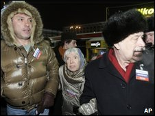 Boris Nemtsov (left), 82-year-old Ludmila Alexeeva and Valery Borshchyov (right) at the Moscow rally, 31 January 2010