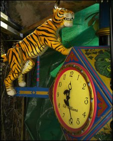 The Lady and Tiger Illusion Clock