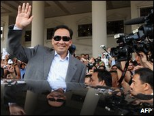 Anwar Ibrahim waves to his supporters as he leaves court on February 2, 2010