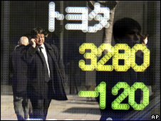Stock exchange ticker showing Toyota's share price falling (4 February 2010