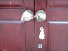 Bacon placed on the door handles of a Leeds synagogue