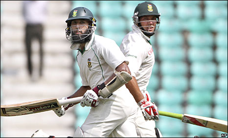 Hashim Amla and Jacques Kallis run for a single