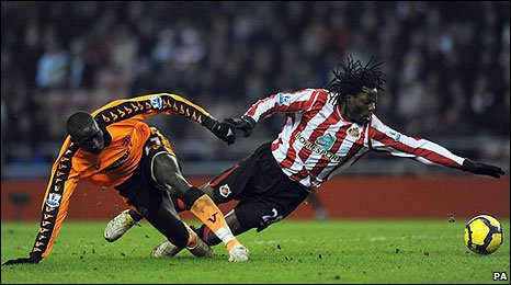 Mohamed Diame and Sunderland sub Benjani tussle for possession