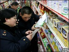 Officals inspect milk products in Anhui, China (5 Feb 2010)