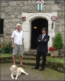 Richard Cuthbertson and Laurence Llewelyn-Bowen at Plas Penmynydd