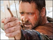 Russell Crowe fires an arrow in Robin Hood