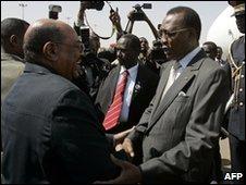 Sudan's President Omar al-Bashir (l) and Chad's Idriss Deby (r)