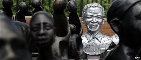 Statues of Mandela lined up for sale