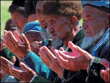 A group of Uzbek men praying. Photo: Umida Akhmedova