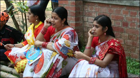 Bangladeshi women use their mobiles to learn English