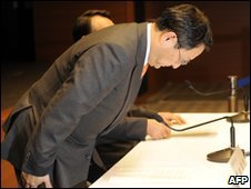 Toyota President Akio Toyoda bows in apology on 5 February 2010