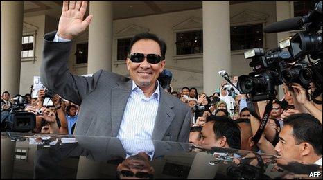 Anwar Ibrahim leaves court in Kuala Lumpur, Malaysia  (2 Feb 2010)