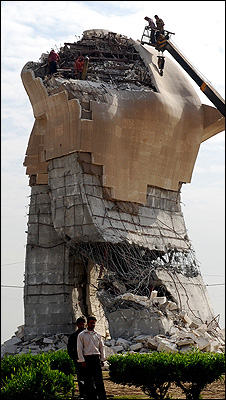 Baathist monument at al-Liqa intersection in Baghdad is dismantled