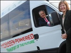 Welsh Secretary Peter Hain and Environment Minister Jane Davidson with a hydrogen-fuelled van