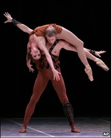 Anna Antonicheva and Dimitri Belogolovtsev of Russia's Bolshoi Ballet perform at Karl Marx theater in Havana.