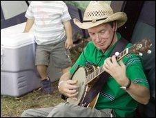 Frank Skinner with banjo