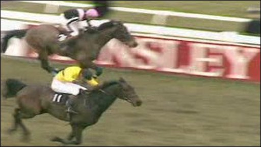 Hywel Davies (in yellow) winning the 1985 Grand National