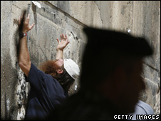 Jewish settler prays at the Tomb of the Patriarchs (file)