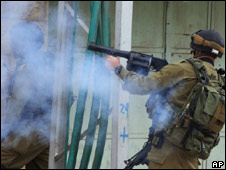 Israeli soldier fires tear gas in Hebron (22.02.10)