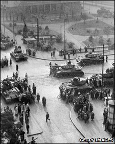 Soviet army tanks take position in Budapest