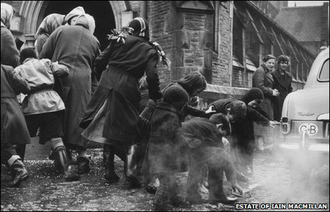 """Children """"scramming"""" for coins in 1950s Dundee"""