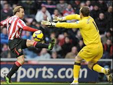 Bolo Zenden of Sunderland and Fulham's Mark Scwarzer