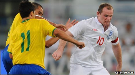 Gilberto battles with Wayne Rooney