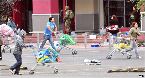 Looting a supermarket in Concepcion