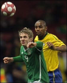 Kevin Doyle and Maicon battle for possession at the Emirates Stadium