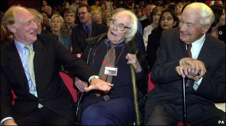 Michael Foot gyda Neil Kinnock a James Callaghan yn  2000